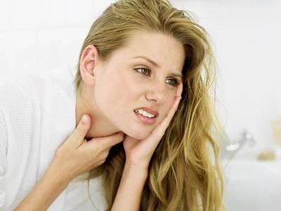 Viêm họng mạn tính là gì? quánh dính hoặc trắng nhầy