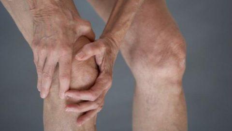 Bệnh viêm khớp gối tràn dịch gây đau khi bệnh nhân đi lại