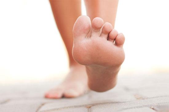 Đau khớp lòng bàn chân thường xuất hiện vào buổi sáng sớm