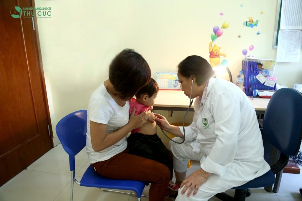Cho trẻ đi khám chuyên khoa để kịp thời tầm soát sớm mọi bệnh lý