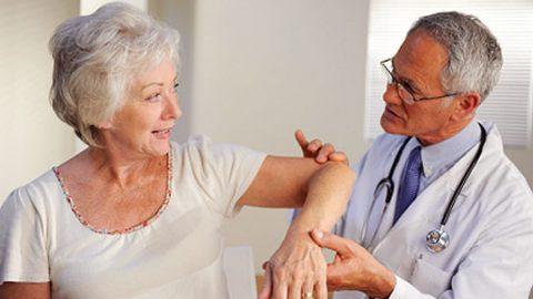 Phòng bệnh đau khớp cho người cao tuổi ở mùa lạnh
