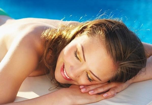 Tiếp xúc quá nhiều với ánh nắng mặt trời là nguyên nhân chính gây ung thư hắc tố.