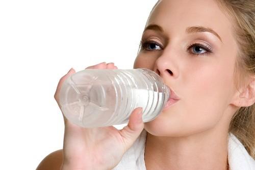Tập thể dục thường xuyên và uống nhiều nước cũng là những biện pháp hiệu quả bên cạnh ăn chuối để phòng ngừa sỏi thận