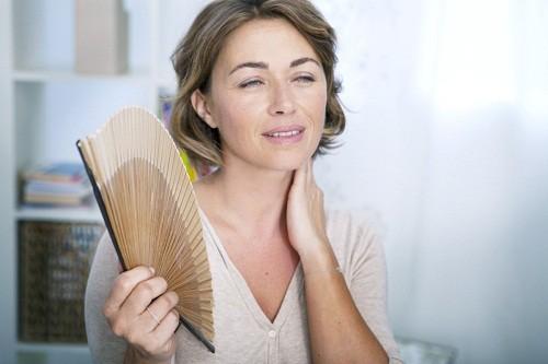 Các dấu hiệu và triệu chứng cơ bản nhất của thời kỳ mãn kinh là đổ mồ hôi quá nhiều và nóng bừng.