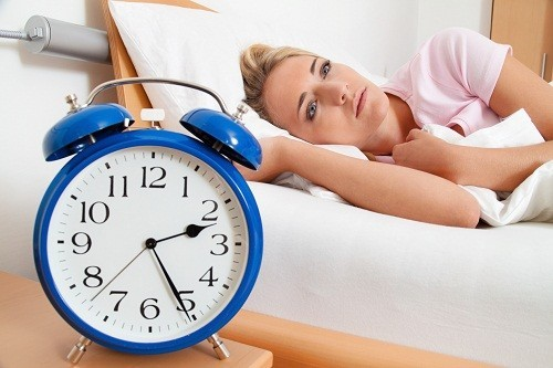 Khó đi vào giấc ngủ hoặc ngủ không sâu là những triệu chứng thường gặp ở người bị trầm cảm.