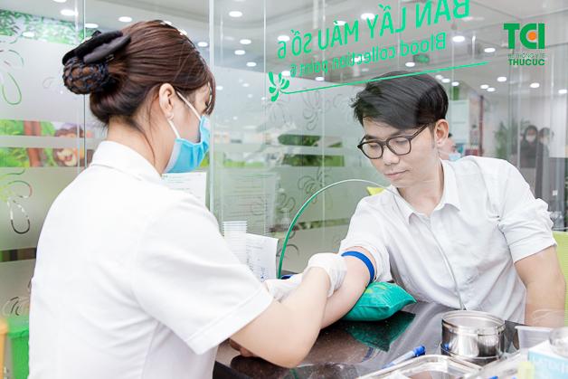 Người bệnh lấy máu xét nghiệm tại Bệnh viện Thu Cúc