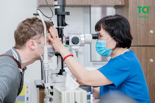 Bác sỹ chuyên khoa mắt đang đo thị lực cho người bệnh