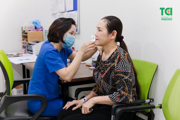 Bệnh nhân được khám và điều trị với các bác sĩ da liễu giỏi