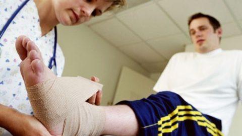 Chăm sóc, giảm đau cho người bị bong gân, căng cơ, bầm tím