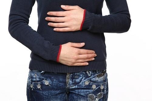 triệu chứng đi kèm với hiện tượng nước bọt có máu và biến chứng