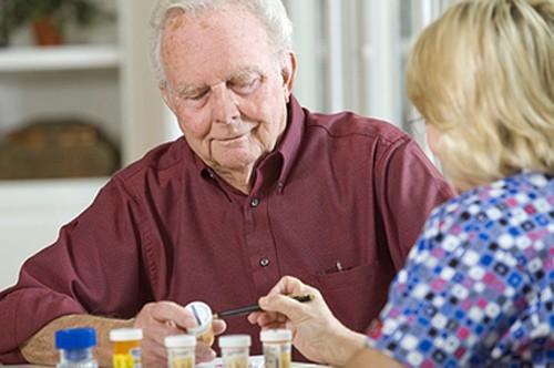 Người bệnh có thể dùng thuốc hỗ trợ hỗ trợ điều trị u xơ tuyến tiền liệt