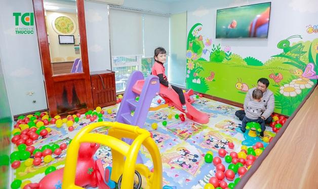 Chuyên khoa Nhi Thu Cúc, thiết kế khu vui chơi dành riêng cho bé. Đây là địa điểm để các em nhỏ được giao lưu, kết bạn thỏa mái, chơi những trò chơi mà con yêu thích, xem những bộ phim hoạt hình vui nhộn giúp xua đi mọi lo lắng, căng thẳng khi đi khám.