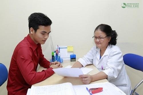 Bác sĩ Sản khoa bệnh viện Thu Cúc đang tư vấn khám chữa bệnh cho người bệnh