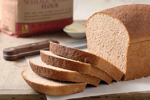 Người bị xơ phổi nên lựa chọn các sản phẩm được làm từ ngũ cốc nguyên hạt thay vì các sản phẩm được tinh chế như bánh mì trắng, bánh kẹo...
