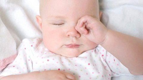 Tại sao bé hay dụi mắt? có ảnh hưởng gì không