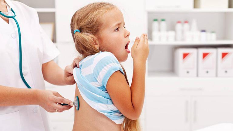 Khi bị viêm phổi, trẻ sẽ có biểu hiện sốt cao, rét run, kèm khó thở, ho khan hoặc ho khàn đặc