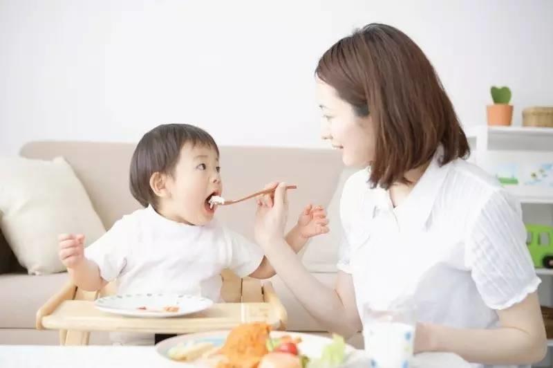 Để tránh viêm phổi tái phát ở trẻ, cha mẹ nên đảm bảo đầy đủ dinh dưỡng cho bé hàng ngày