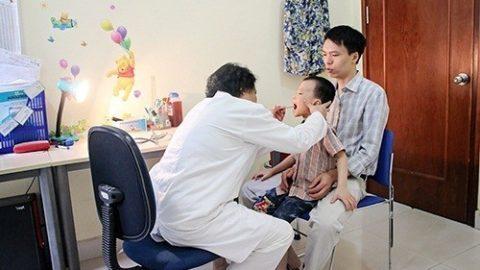 Biểu hiện viêm VA ở trẻ nhỏ thở khò khè, ngủ ngáy.