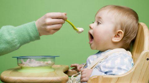 Trẻ bị sổ mũi kéo dài phải làm sao? Mách mẹ cách xử trí