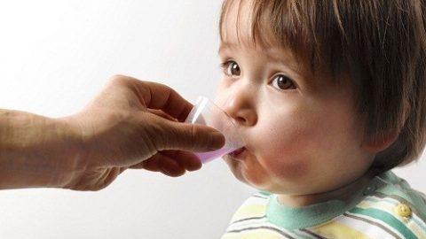 Mách mẹ cách cho bé uống thuốc an toàn