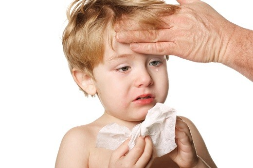 Biểu hiện dễ phát hiện của bệnh đó là trẻ bị ngạt mũi, sổ mũi kéo dài.