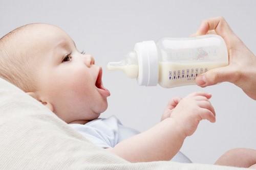 Cho trẻ ăn đúng cách tránh hiện tượng nôn trớ ở trẻ