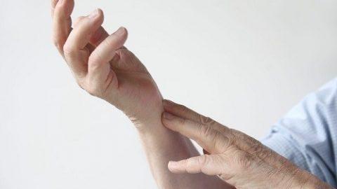 Triệu chứng nhồi máu cơ tim: tê ở cánh tay hoặc bàn tay