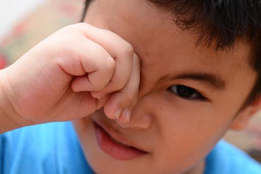 Trẻ bị cận thị cũng có thể thường xuyên nháy mắt, dụi mắt.