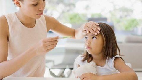 Chăm sóc trẻ sốt xuất huyết tại nhà cần lưu ý gì?