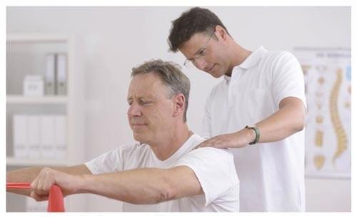 Người bệnh đau mỏi vai gáy cần được bác sĩ tư vấn điều trị càng sớm càng tốt