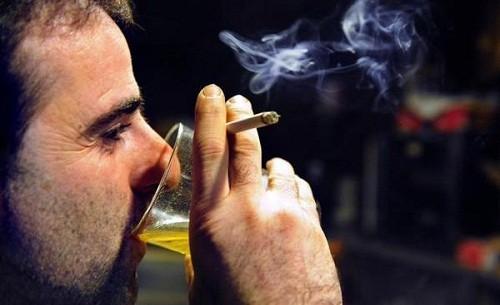 Hút thuốc lá, nghiện rượu là những yếu tố làm gia tăng nguy cơ mắc ung thư vùng hầu họng, đặc biệt là amidan