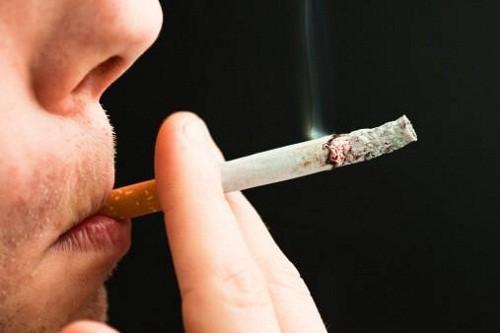 Hình ảnh ung thư miệng 3 - Hút thuốc lá, rượu bia là những yếu tố làm gia tăng nguy cơ mắc ung thư miệng.