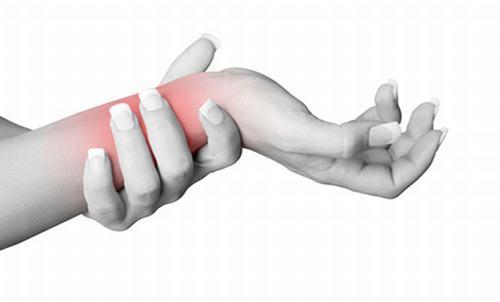 Đau mỗi khi cử động, xoay tay, sưng vùng quanh khớp có thể là dấu hiệu của bệnh viêm mỏm châm trụ, châm quay