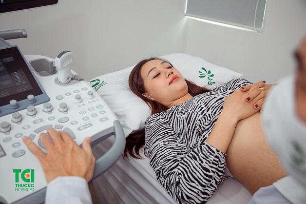 Khi có thai bị ra máu đỏ tươi, mẹ bầu cần nhanh chóng tới bệnh viện thăm khám, xác định nguyên nhân để có hướng xử trí kịp thời