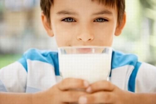 Nhiều phụ huynh thắc mắc trẻ bị tiêu chảy có nên uống sữa không