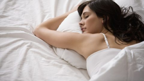Tư thế nằm giúp giảm đau bụng kinh các chị em nên biết