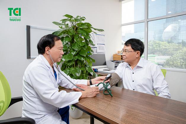 PGS., TS Nguyễn Văn Quýnh (Chuyên gia Tim mạch - Bệnh viện Thu Cúc) đang khám và tư vấn cho bệnh nhân.