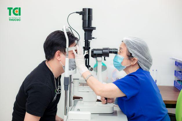 Thăm khám định kỳ là biện pháp tốt phòng ngừa chảy nước mắt khi xem tivi
