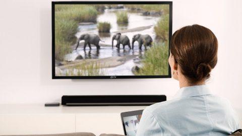 Chảy nước mắt khi xem tivi là bệnh gì? Làm sao để phòng tránh?