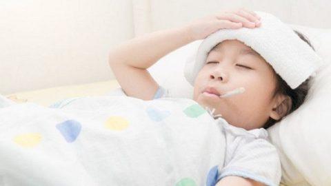 Góc giải đáp: Trẻ sốt ớn lạnh ba mẹ cần phải làm những gì?