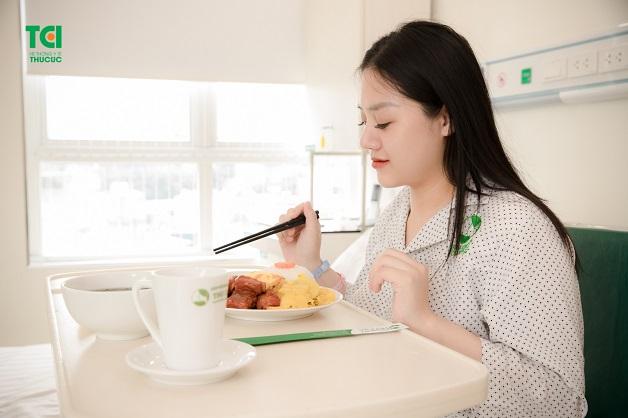 Mẹ sau sinh cần chú ý đến việc phục hồi sức khỏe, ăn uống đủ chất, cân bằng, đa dạng các loại thực phẩm