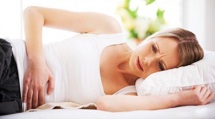 Xuất huyết âm đạo bất thường là dấu hiệu cảnh báo mang thai tử cung.