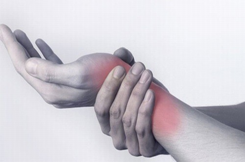 Trật khớp cổ tay gây sưng đỏ, đau đớn cho người bênh