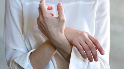 Trật khớp cổ tay phải làm sao? cần được giải đáp
