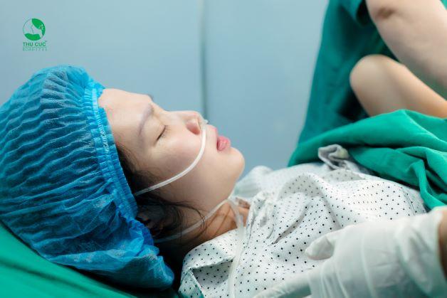Kỹ thuật bấm ối được dùng trong chuyển dạ đẻ thường, khi cổ tử cung đã mở, đã có thể tiếp cận đầu ối.
