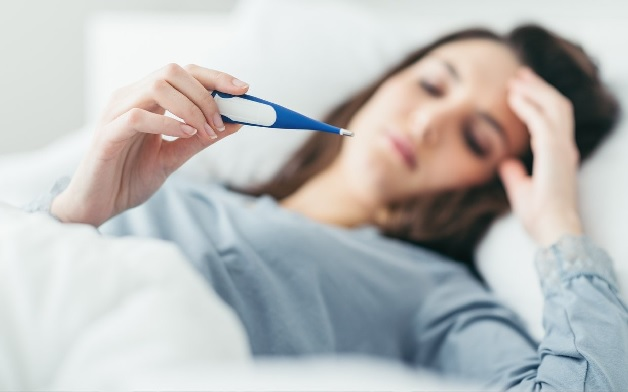 Sốt nhẹ là một biểu hiện của bế sản dịch sau sinh