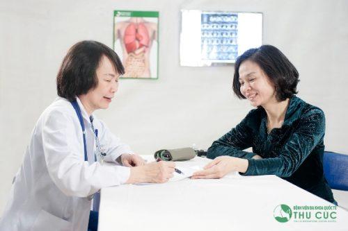 BS Nguyễn Thị Minh Hương, Trưởng Khoa Ung bướu - Bệnh viện Thu Cúc tư vấn khám cho người bệnh