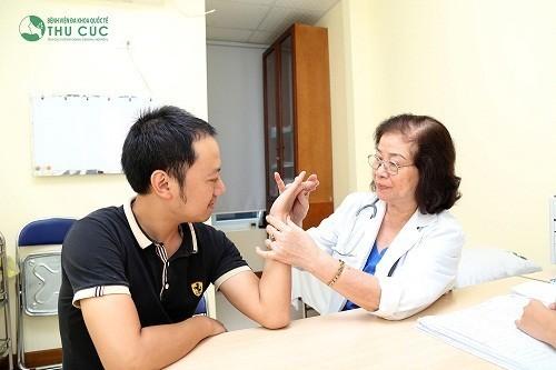 Người viêm bao hoạt dịch cần được thăm khám và điều trị bởi bác sĩ chuyên khoa