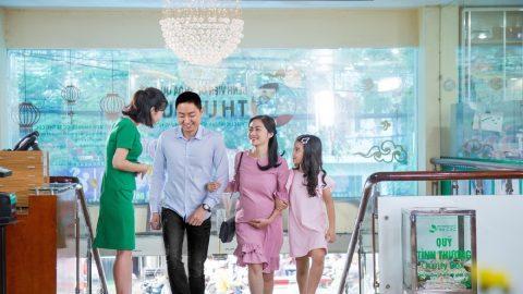 Bệnh viện Thu Cúc tặng quà giá trị cho chị em sinh
