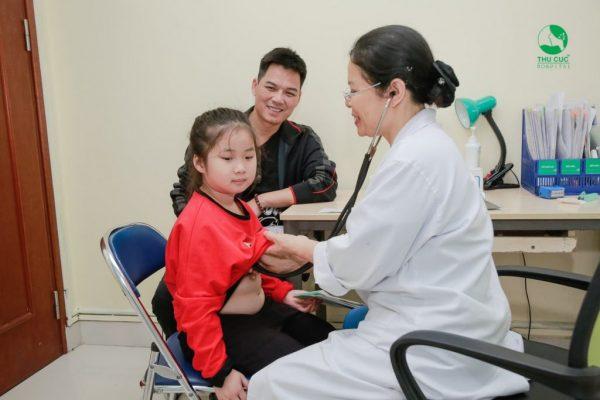 Hãy đưa trẻ đến gặp bác sĩ để được kiểm tra và có hướng xử trí kịp thời